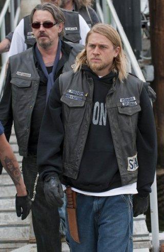Charlie Hunnam e Tommy Flanagan nella premiere della stagione 3 di Sons of Anarchy
