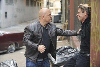Jamie Harris e Michael Chiklis in una scena del pilot della serie No Ordinary Family