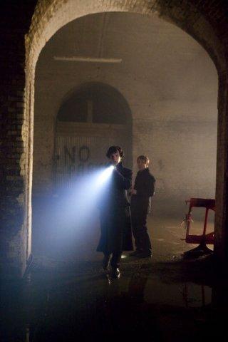 Martin Freeman e Benedict Cumberbatch in una scena dell'episodio The Great Game di Sherlock