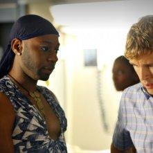 Ryan Kwanten e Nelsan Ellis nell'episodio Hitting the Ground di True Blood