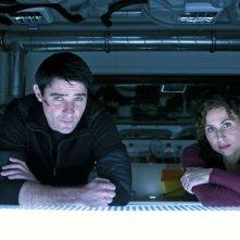 Goran Visnjic e Minnie Driver in una scena della miniserie The Deep