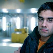 Sacha Dhawan è Vincent in una foto promozionale di The Deep