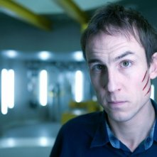 Tobias Menzies è Raymond Hopkins in una foto promozionale di The Deep
