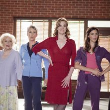 Betty White, Sigourney Weaver, Odette Yustman, Kristen Bell e Jamie Lee Curtis in You Again