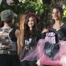 Janel Parrish, di spalle, Lucy Hale e Troian Bellisario nell'episodio Keep Your Friends Close di Pretty Little Liars