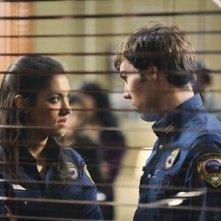 Justin Miles e Janina Gavankar nell'episodio Breach di The Gates