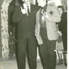 Nello Appodia e Fred Buscaglione sul set del film 'Noi duri' (1960) durante una pausa.