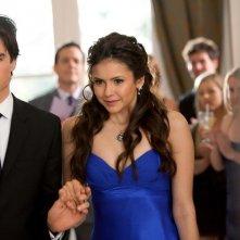 Damon (Ian Somerhalder) tiene Elena (Nina Dobrev) per mano nell'episodio Miss Mystic Falls di Vampire Diaries