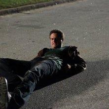 Logan Fell (Chris J. Johnson) sdraiato a terra nell'episodio Punto di svolta di The Vampire Diaries