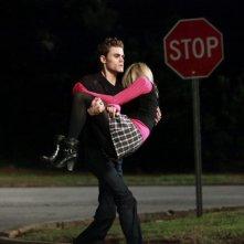 Stefan (Paul Wesley) sorregge Candice (Caroline) nell'episodio Punto di svolta di The Vampire Diaries