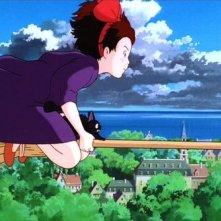 La piccola Kiki a cavallo di una scopa in una scena del film d\'animazione Kiki consegne a domicilio