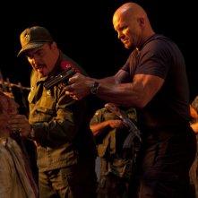 David Zayas e Steve Austin in una scena di The Expendables