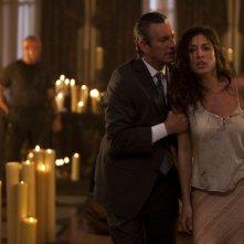 Eric Roberts e Giselle Itié in una scena di The Expendables