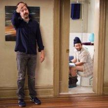 Charlie Day e Jason Sudeikis in una scena divertente di Amore a mille... miglia