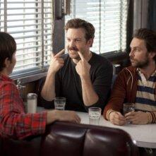 Charlie Day, Justin Long e Jason Sudeikis nella commedia Amore a mille... miglia