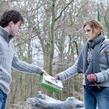 Daniel Radcliffe ed Emma Watson in una sequenza del film Harry Potter e i doni della morte - parte 1
