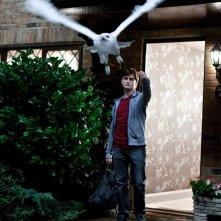 Daniel Radcliffe fa volare Edvige in una scena del film Harry Potter e i doni della morte - parte 1