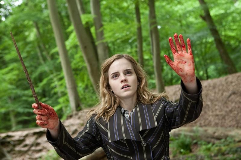 Emma Watson con le mani insanguinate in un momento del film Harry Potter e i doni della morte - parte 1