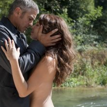 George Clooney  e Violante Placido nel film The American