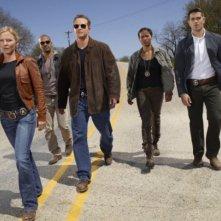 Kelli Giddish, Rose Rollins, Jesse Metcalfe, Amaury Nolasco e Cole Hauser in una scena del pilot di Chase