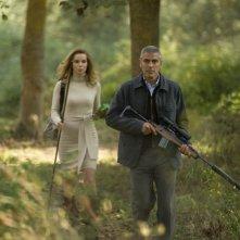 Thekla Reuten e George Clooney in una scena del thrille The American