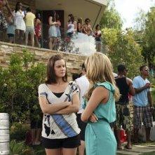 Cassie Scerbo e Chelsea Hobbs in un momento dell'episodio Party Gone Out of Bounds di Make it or Break it