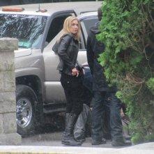 Elizabeth Mitchell impegnata sul set della stagione 2 di V