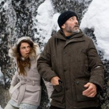 George Clooney e Irina Björklund nel film The American