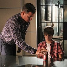 George Eads e Justin Bieber in una scena dell'episodio Shock Waves di CSI