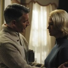 January Jones e Christopher Stanley in una scena dell'episodio The Chrysanthemum and the Sword di Mad Men