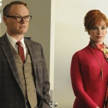 Jared Harris e Christina Hendricks nell'episodio Christmas Comes But Once A Year di Mad Men