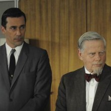 Jon Hamm e Robert Morse nell'episodio The Chrysanthemum and the Sword di Mad Men