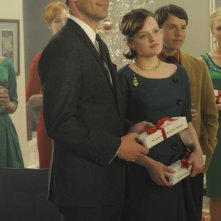 Jon Hamm ed Elisabeth Moss nell'episodio Christmas Comes But Once A Year di Mad Men