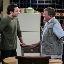 Jonathan Sadowski e William Shatner in un momento del pilot della serie $#*! My Dad Says
