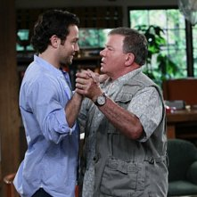Jonathan Sadowski e William Shatner nel pilot della serie $#*! My Dad Says