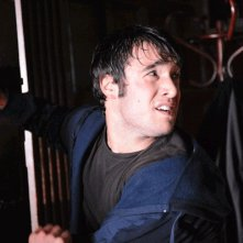 Joshua Bowman in una scena dell'horror 13Hrs