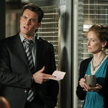 Owain Yeoman e la guest star Leslie Hope nell'episodio Red Sky In The Morning della serie The Mentalist