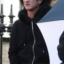 Sean Penn, con folta capigliatura e pesantemente truccato, sul set di This Must Be the Place.