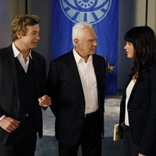 Simon Baker, Malcolm McDowell e Robin Tunney nell'episodio Red All Over di The Mentalist