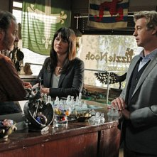 Simon Baker, Robin Tunney e la guest star Fisher Stevens nell'episodio 18-5-4 di The Mentalist