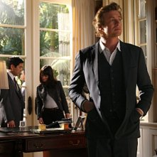 Simon Baker, Tim Kang e Robin Tunney nell'episodio Red All Over di The Mentalist