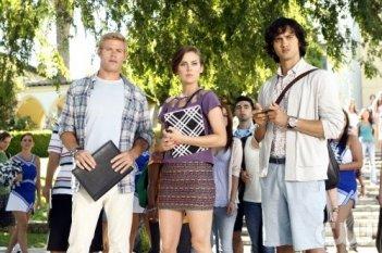 Trevor Donovan, Jessica Stroup e Michael Steger in una scena dell'episodio Senior Year, Baby di 90210