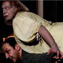 Brigitte Kren attacca Michael Fuith nell'horror Rammbock