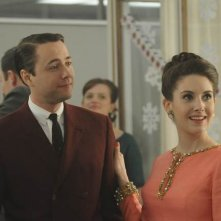 Vincent Kartheiser ed Alison Brie nell'episodio Christmas Comes But Once A Year di Mad Men