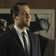 Vincent Kartheiser in una scena dell'episodio The Chrysanthemum and the Sword di Mad Men