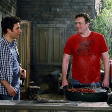 Josh Radnor e Jason Segel in una scena dell'episodio Home Wreckers di How I Met Your Mother