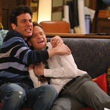 Neil Patrick Harris e Josh Radnor in un momento dell'episodio Twin Beds di How I Met Your Mother
