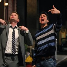 Neil Patrick Harris e Josh Radnor nell'episodio Twin Beds di How I Met Your Mother