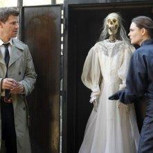 David Boreanaz ed Emily Deschanel nell'episodio The Witch in the Wardrobe di Bones