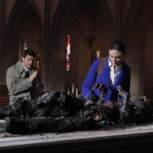 Emily Deschanel e David Boreanaz in una scena dell'episodio The Devil in the Details di Bones